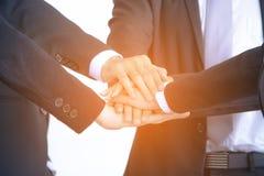 Samarbetar den lyckade affärsgruppen för begreppet av händer Arkivbild
