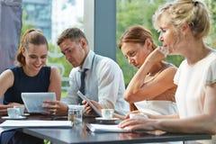 Samarbete för affärsfolk i ett möte Arkivfoton