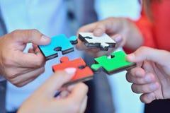 Samarbete Team Concept för pussel för affärsfolk royaltyfri bild
