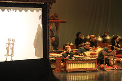 Samarbetsdockteaterföreställningar och Karawitan Royaltyfri Fotografi