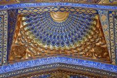 SAMARCANDA, L'UZBEKISTAN - 4 MAGGIO 2014: Soffitto del mausoleo di Aksaray Fotografie Stock