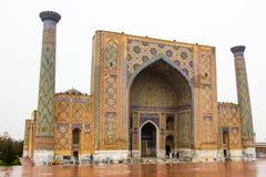 Samarkand, l'Ouzbékistan : Le madrassah d'Ulugbek dans la place de Registan Photo libre de droits