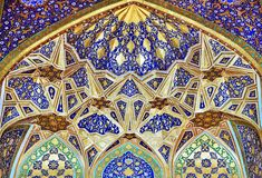SAMARKAND, UZBEKISTÁN - 4 DE MAYO DE 2014: Interior de Tilya-Kori Madrasah Imágenes de archivo libres de regalías