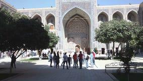 Samarkand, Uzbekistán - 20 de septiembre de 2015: Ulugbek Madrasa en Samarkand es una institución educativa religiosa adentro almacen de video