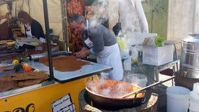 Samassi, Ιταλία 19 Μαρτίου 2017: Ένας πωλητής που προετοιμάζει έναν παραδοσιακό Στοκ Εικόνες