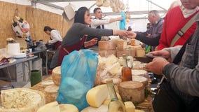 Samassi, Włochy - 19 Marzec 2017: Sprzedawcy i klienci dla kupować Zdjęcia Stock