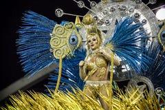 Samba Dancer en un flotador en Carnaval Foto de archivo