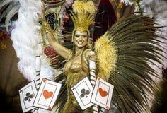 Samba Dancer i dräkt på Carnaval Royaltyfria Foton