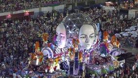 Samba School Scene på Sambodromo karnevalstadion ståtar arkivfilmer