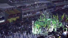Samba School Scene på Sambodromo karnevalstadion ståtar stock video