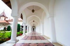 Sambata de Sus修道院的被成拱形的colonade走廊在Transylva 免版税库存图片