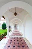 Sambata de Sus修道院的被成拱形的colonade走廊在Transylva 免版税库存照片