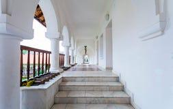 Sambata de Sus修道院的被成拱形的colonade走廊 库存图片