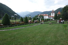Sambata de Sus Kloster i Rumänien, med Carpathians berg i bakgrunden Royaltyfri Foto
