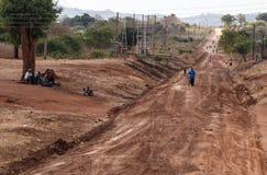 SAMBIA - 14. OKTOBER 2013: Lokale Leute gehen leben ungefähr Alltags Stockbild