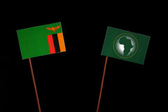 Sambiaflagge mit Flagge der Afrikanischen Union auf Schwarzem Stockfotos