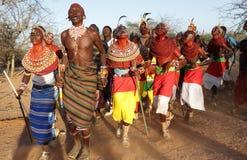 Samburu dansare i bågskyttstolpen, Kenya Arkivfoton