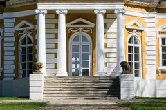 Samchiki,乌克兰- 2017年4月17日:与狮子雕塑的前面楼梯在宫殿Samchiki 免版税库存照片