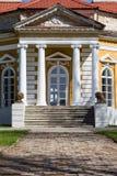 Samchiki,乌克兰- 2017年4月17日:与狮子雕塑的前面楼梯在宫殿Samchiki 免版税库存图片