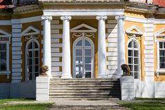 Samchiki,乌克兰- 2017年4月17日:与狮子雕塑的前面楼梯在宫殿Samchiki 库存图片