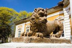 Samchiki,乌克兰- 2017年4月17日:在公园合奏Samchiki的狮子雕塑在Samchiki,乌克兰村庄  免版税图库摄影