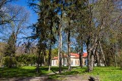 Samchiki,乌克兰- 2017年4月17日:宫殿和公园合奏 免版税库存照片