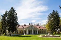 Samchiki,乌克兰- 2017年4月17日:宫殿和公园合奏Samchiki在Samchiki村庄  免版税库存照片