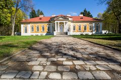 Samchiki,乌克兰- 2017年4月17日:宫殿和公园合奏Samchiki在Samchiki,乌克兰村庄  库存照片