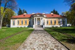 Samchiki,乌克兰- 2017年4月17日:宫殿和公园合奏Samchiki在Samchiki,乌克兰村庄  免版税库存照片
