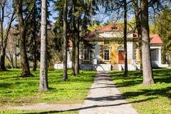 Samchiki,乌克兰- 2017年4月17日:宫殿和公园合奏Samchiki在Samchiki,乌克兰村庄  免版税图库摄影