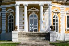 Samchiki, Ukraine - 17 avril 2017 : Escalier avant avec la sculpture en lion dans le palais Samchiki Photos libres de droits