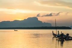 Samchong Tai日出的渔村在Phang Nga,泰国 库存照片