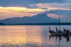 Samchong Tai日出的渔村在Phang Nga,泰国 库存图片