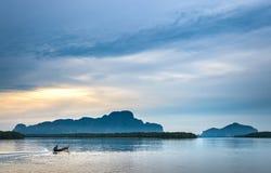 Samchong Tai日出的渔村在Phang Nga,泰国 免版税图库摄影