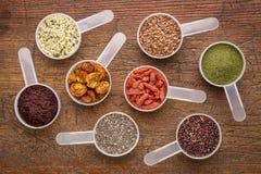 Samen, Beere, Pulver und Korn Superfood Stockbilder