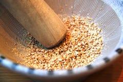 Samen des indischen Sesams in einem Suribachi stockbilder
