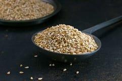 Samen des indischen Sesams in einer Metallschaufel stockfotos