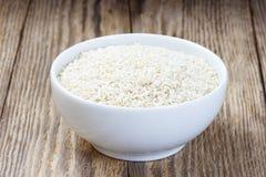 Samen des indischen Sesams in einer weißen Schüssel lizenzfreies stockbild