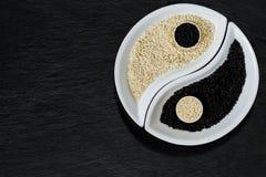 Samen des indischen Sesams in Form von Yin Yang-Symbol Lizenzfreie Stockfotografie