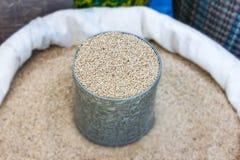 Samen des indischen Sesams stellten für Verkauf in den Säcken auf Stockfoto