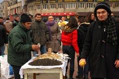 Samen, die den Mann unterbreitet ein Angebot zu einem bypasser verkaufen Stockbilder