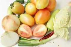 Samen gemengde groenten en witte achtergrond Stock Foto's