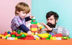 Samen genietend van tijd de bouwhuis met kleurrijke aannemer Gelukkige familievrije tijd kleine jongen met papa het spelen royalty-vrije stock foto's