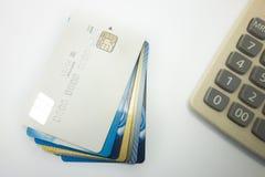Samen gestapelde betaalpassen en calculators stock foto's