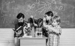 Samen het experimenteren Het steunende milieu onderzoekt STAM Praktische kennis Kinderverzorging en ontwikkeling school royalty-vrije stock fotografie