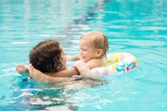 Samen het zwemmen Stock Afbeeldingen