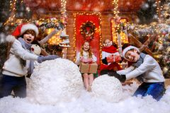 Samen makend sneeuwman royalty-vrije stock foto's