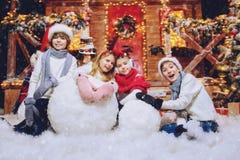 Samen makend sneeuwman stock foto