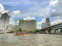 Samen met de Chaopraya-rivier stock afbeeldingen