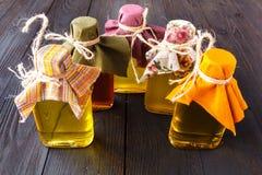 Samen und Öle nützlich für Gesundheit Flachs, indischer Sesam, Sonnenblume, Olive stockbild